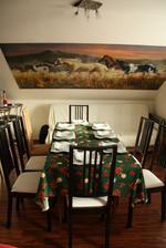 Jedalensky kut...na stene vlastnorucne skladane Puzzle (13200 dielikov)...to biela sedacka vzdau je tam len docasne uskladnene....v lete sa vyhadzuje a na jej miesto pridu skrinky v takom style ako je kuchyna