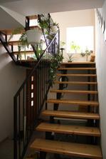 Schodisko na poschodie...z medziposchodia je vchod do spalne, pod schodiskom vpravo garaz, vlavo vychod na dvor