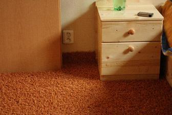 detail na koberec a nocny stolik ...pri stenach sa nam nechcelo koberec obrezavat, tak sme ho vyhli na steny ako soklik :-)