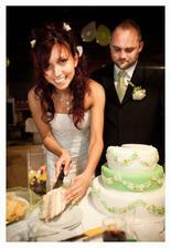 Krájení dortu v pozdních večerních hodinách :-)