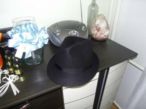 klobúk kúpený na moju piatkovú rozlúčku so slobodou