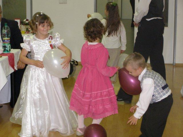 Mirka{{_AND_}}Roman - detom sme kupili vymalovanky a pastelky, ale balony im uplne stacili na cely vecer! :D