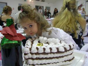 maly zaskodnik :o) okukava situaciu aby sa mohla nasledne vrhnut na tortu - ked sa mamka nepozera! :D