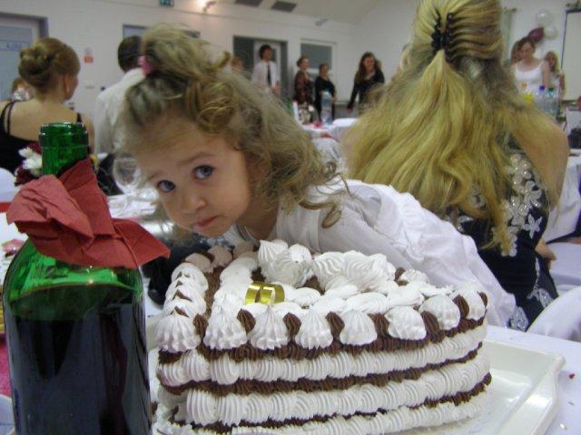 Mirka{{_AND_}}Roman - maly zaskodnik :o) okukava situaciu aby sa mohla nasledne vrhnut na tortu - ked sa mamka nepozera! :D