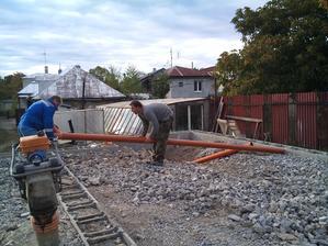 ukladáme kanalizačné rúry....
