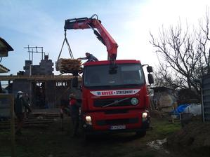 doviezli drevo na strechu ...