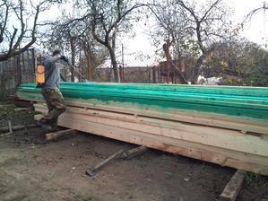drevo treba nastriekať náterom proti škodcom a hnilobe....