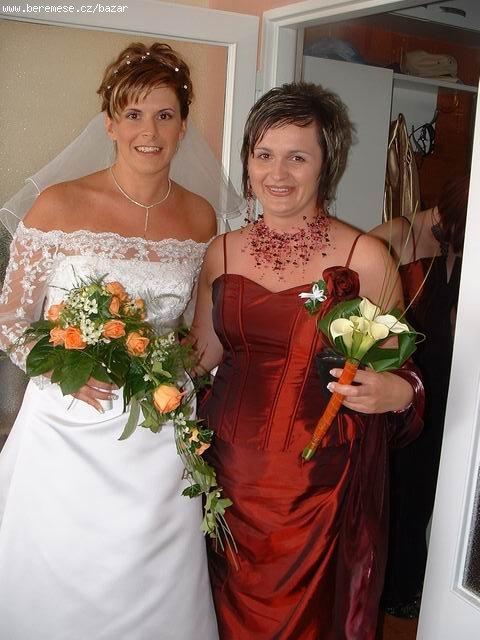 Tak tak nějak vypadají mé svatební šaty. Koupila jsem si je. Bylo to levnější, než si je půjčovat.