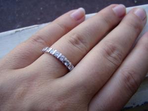 Tenhle krásný prstýnek jsem od miláčka dostala k žádosti o ruku..