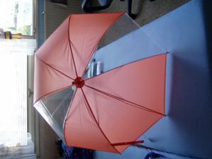 Kdyby nám náhodou ve svatební den pršelo, máme připavený oranžový deštník..