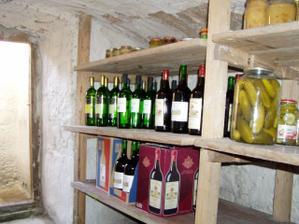 A takovýhle je stav vínečka ve sklepě.V každé řadě je jich cca  ks...