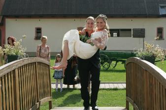 Manžel přenáší svou milu přes lávku-chudák se docela zapotil :-)