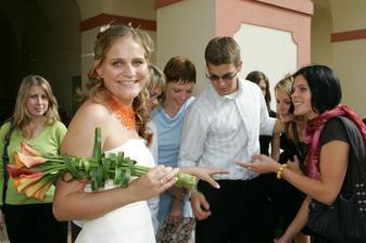 Krásná momentka-kamarádi obdivují prstýnek :-)