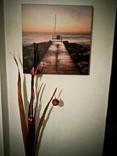 nový obraz na chodbě, váza a dekorace