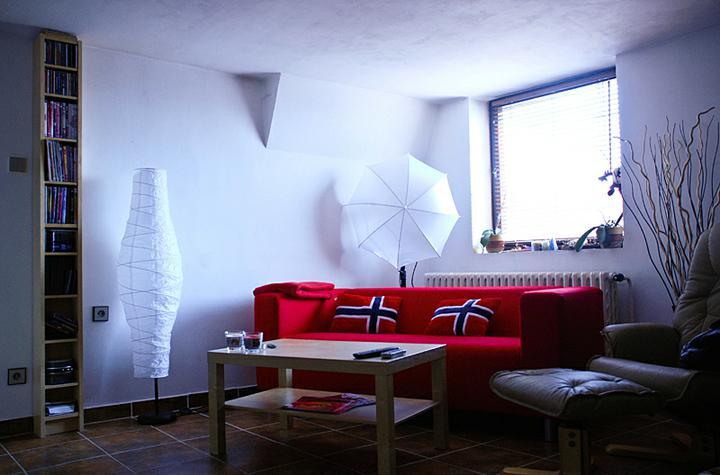 Rekonstrukce podkrovního bytu v RD - obýváček..ale ještě chybí fotky na zdi, vyměnit vypínače, závěs na okno, kobereček pod stolkem a v létě vymalovat :)