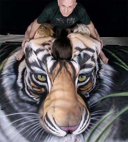 Bez slov a pre zábavu. - Umelec Craig Tracy chce s touto maľbou upozorniť ľudí na to, že na svete žije už iba pár sto kusov tigra sibírskeho (Neofelis tigris altaica).