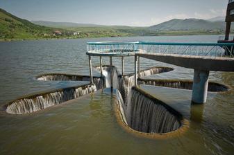 Bezpečnostní přeliv vodního díla (Jermuk, Arménie)