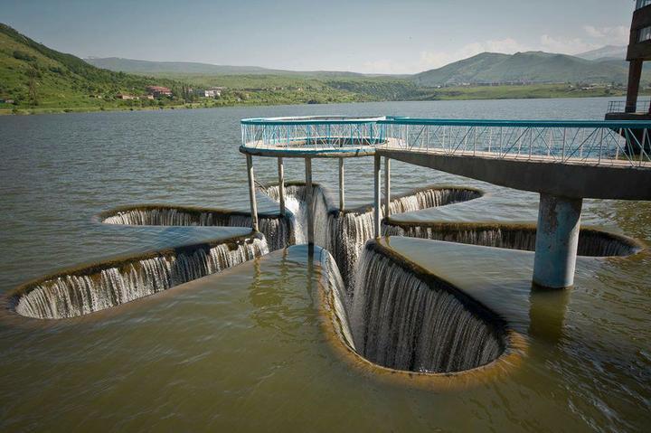 Bez slov a pre zábavu. - Bezpečnostní přeliv vodního díla (Jermuk, Arménie)