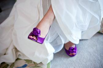 biele saty a fialové topánky