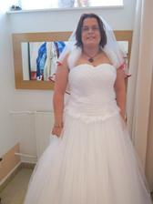 se závojem je to teprve to pravé, připadala jse si krásná a jako skutečná nevěsta