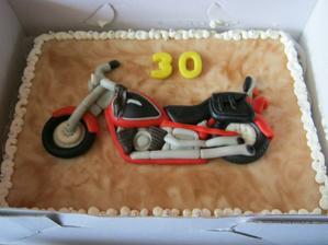 nechala jsem miláčkovi udělat ke 30.narozeninám dort s reliéfem jeho motorky, měl ohromnou radost
