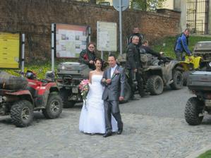 21.4. jsme na svatbě kamarádky ve Slavkově potkali svatbu s doprovodem čtyřkolek, moc pěkné