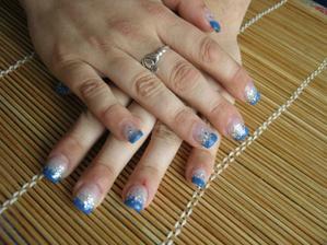 moje aktuální nehty (16.5.2012), miluju modrou barvu!!