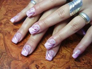 Svatební nehty, nakonec budou v kombinaci bílá/stříbrná