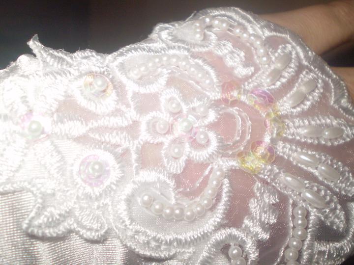 Janča a Jirka - přípravy na červenec 2012 - detail svatebních rukaviček