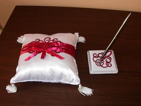 Janča a Jirka - přípravy na červenec 2012 - pero ke knize hostů, polštářek máme jiný