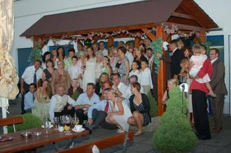 Časť hostí pod strieškou na terase - nebolo ani možné sa naraz so všetkými odfotiť