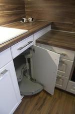 Máte tahle změnu výška v rohu kuchyně? Mě to přijde docela elegantní co se napojení prac. desek týká, ale třeba to má i nevýhody...