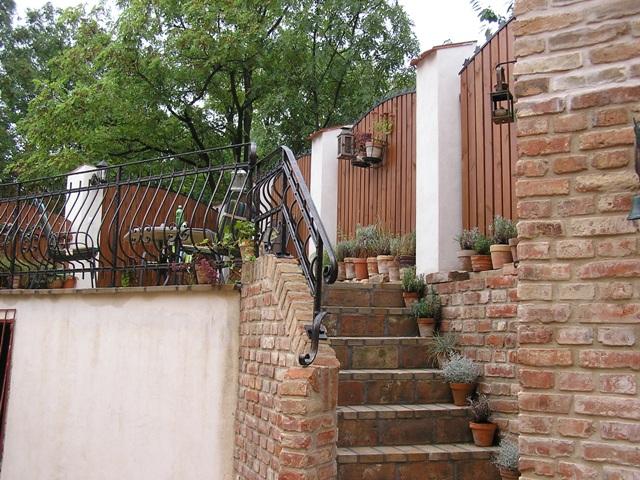 Bydlení - zařizování - kombinace lícového zdiva, bílé a dřeva...