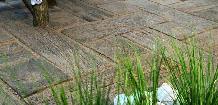 Zahrada - betonová imitace dřeva před vstup