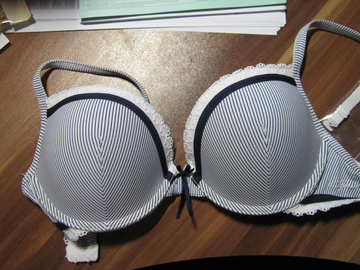 SOS :-) Koupila jsem si podprsenku Esprit a v krámku kde jsem jí koupila k ní neměli kalhotky na mě. Ale na netu se nějak nemůžu dohledat téhle kolekce :-( Prosím nebudete některá šikovnější v hledání? - Obrázek č. 1