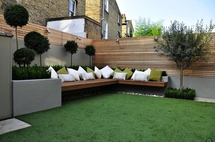 Zahrada - tip na plot k silnici - kombinace betonu a dřeva