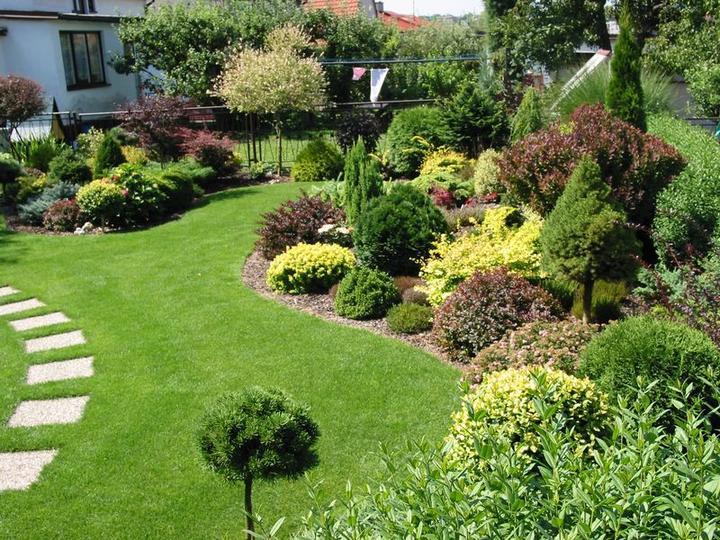 Zahrada - Moc se mi líbí ta barevnost a tvarová různorodost. Takhle bych to chtěla u vjezdové brány.