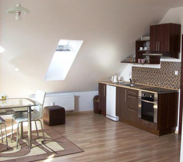 Podkrovní byt - takhle by v bytě B mohla vypadat kuchyně s jídelním stolem
