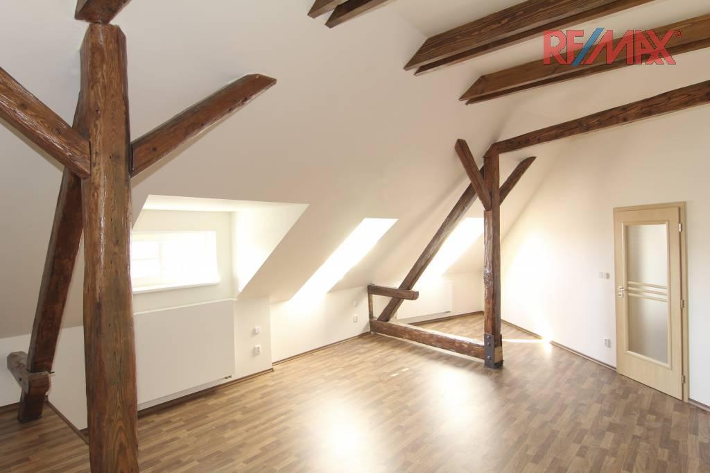 Podkrovní byt - viditelné kleštiny