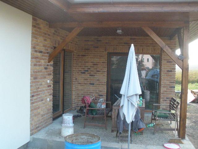 Bydlení - zařizování - kombinace lícového zdiva, klasické omítky a dřeva