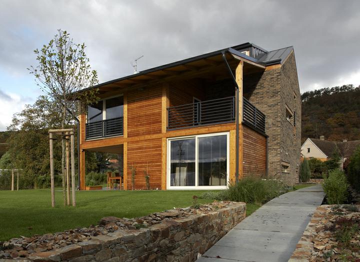 Bydlení - zařizování - bílá okna, tmavě šedý (antracitový) nátěr, dřevo, tmavé lícovky