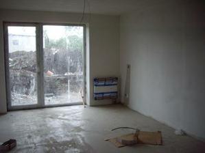 obývací pokoj a za ním hromada sutě (budoucí předzahrádka)
