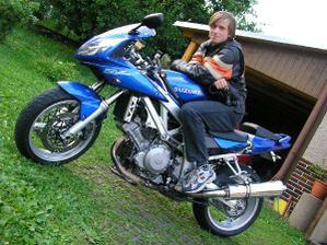 Můj miláček si pro mě přijede na motorce...