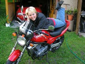 ..já bych to na své motorce asi v šatech nezvládla :-)...