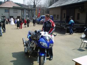 Ženich jel na radnici na motorce