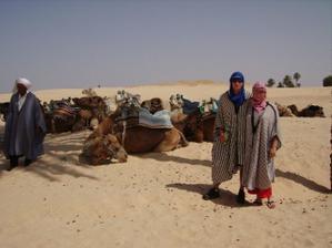 Sahara, velbloudi, velbloudář a my