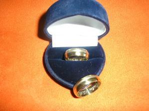 naše obrúčky, ja mám v prstienku malinký ale krásny briliant...KOMÁROM-28.07.2007