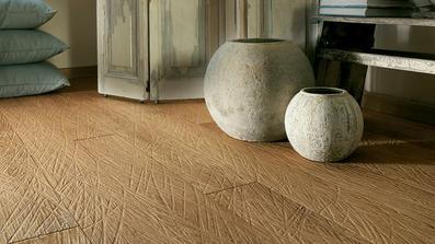 dřevěná plovoucí podlaha s ručním dlátováním....