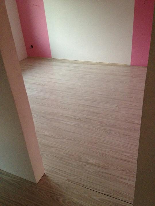 Zaciname - podkladanie podlahy v spalni