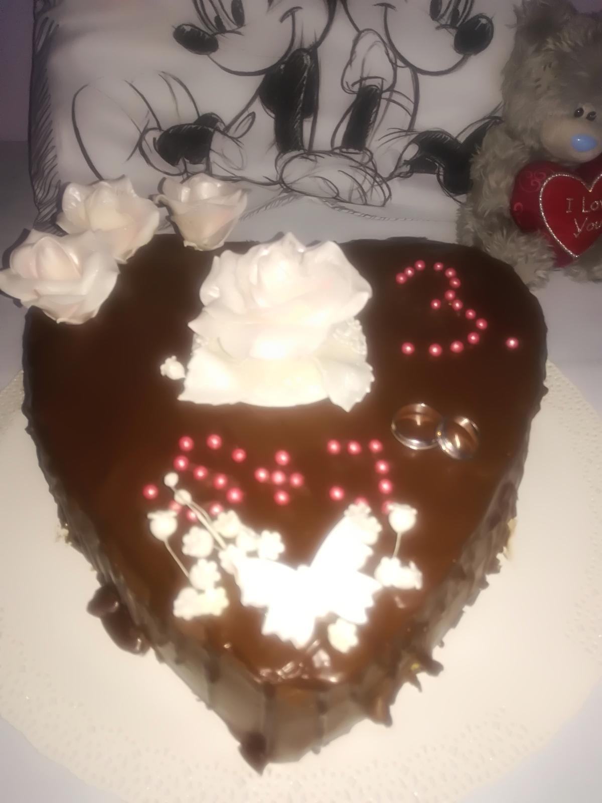 Dnes oslavujeme 3.vyrocie svadby tak som spravila pre manžela prekvapenie, tortička nie je dokonalá no je z lásky,este nás čaká relax vo wellness a spoločný obed veľmi sa teším na tento deň a prajem aj vám krásneho Valentína😍😍😍😍😍😍😍 - Nie je dokonalá ala je robená z lasky😍😍
